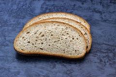 Pão cortado, em uma superfície de madeira imagens de stock