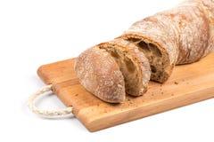 Pão cortado na placa de estaca Foto de Stock