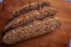 Pão cortado na toalha de linho Fotos de Stock