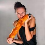 Pão cortante da mulher Fotografia de Stock