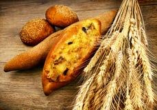 Pão cozido fresco com trigo Fotos de Stock Royalty Free