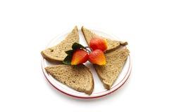 Pão cozido fresco do brinde com morangos plásticas foto de stock royalty free