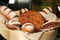 Pão cozido na cesta Fotos de Stock Royalty Free