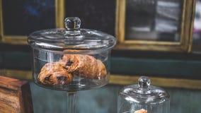 Pão cozido rolo do croissant da passa foto de stock royalty free
