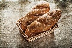 Pão da cesta de vime no fundo de serapilheira Fotografia de Stock