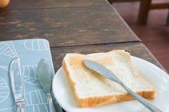 Pão da fatia com faca Imagens de Stock Royalty Free