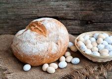 Pão da Páscoa e ovos da páscoa, festival da Páscoa, decoração em dias da Páscoa Imagens de Stock
