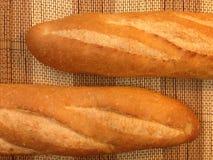 Pão da padaria do Baguette em uma tabela de madeira Imagens de Stock