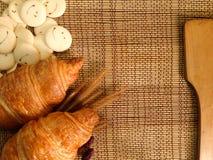 Pão da padaria do croissant fresco em uma tabela de madeira Imagem de Stock