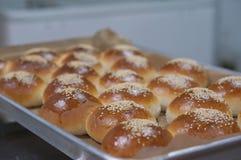 Pão da sobremesa na bandeja inoxidável foto de stock