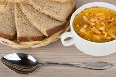 Pão da sopa de ervilha na cesta e colher na tabela Fotos de Stock Royalty Free