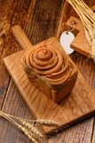 Pão de alho caseiro fresco em uma placa de madeira textured Ainda vida com pão fresco e spikelets Close-up Foto de Stock