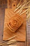 Pão de alho caseiro fresco em uma placa de madeira textured Ainda vida com pão fresco e spikelets Wiev superior Imagem de Stock