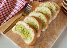 Pão de alho cortado cozido fresco Fotos de Stock Royalty Free