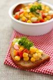 Pão de centeio cortado com salsa caseiro do milho Fotografia de Stock