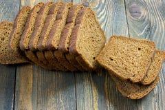 Pão de centeio cortado em uma tabela de madeira Fotografia de Stock Royalty Free