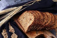 Pão de centeio cortado na placa de corte Pão de centeio inteiro da grão com SE imagem de stock