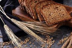 Pão de centeio cortado na placa de corte Pão de centeio inteiro da grão com SE foto de stock royalty free