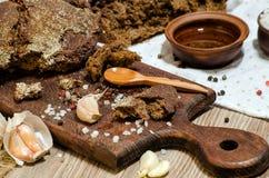 Pão de centeio escuro com azeite e alho Imagens de Stock Royalty Free