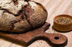Pão de centeio escuro com sementes de alcaravia Fotos de Stock