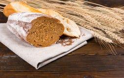 Pão de centeio fresco cortado e baguette duro foto de stock royalty free