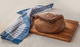 Pão de centeio fresco Tabatiere na receita francesa na placa de corte Imagem de Stock