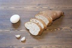 Pão de cereais, ovos e alho Fotos de Stock Royalty Free