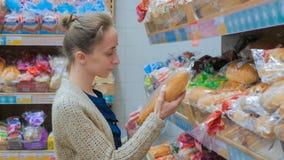 P?o de compra da mulher no supermercado imagens de stock