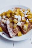 Pão de Eggy com maçãs cozidos e café foto de stock royalty free