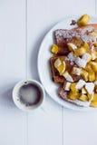 Pão de Eggy com maçãs cozidos e café foto de stock