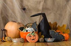 Pão-de-espécie bonito para Dia das Bruxas e close-up fresco da abóbora na tabela Imagens de Stock