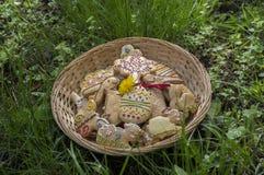 Pão-de-espécie de Checo easter na cesta de vime no coto de madeira do marrom do jardim, coelhos cômicos foto de stock