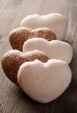 Pão-de-espécie coração-dado forma na tabela de madeira velha Fotos de Stock