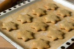Pão-de-espécie cozido na folha de cozimento sem decoração fotos de stock
