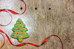 Pão-de-espécie da árvore de Natal - as cookies do Natal com crosta de gelo verde e colorido caseiros polvilham a árvore de Natal  foto de stock royalty free