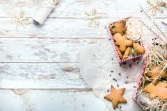 Pão-de-espécie e gingerman dados forma estrela Biscoitos caseiros Café da manhã rústico do estilo fotos de stock royalty free