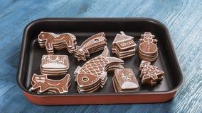 pão-de-espécie Mão-decorados do Natal empilhados na folha de cozimento fotos de stock royalty free