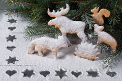 Pão-de-espécie na forma dos animais, das estrelas e dos corações No fundo de árvores de Natal dos galhos Foto de Stock Royalty Free