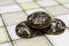 Pão-de-espécie na toalha de mesa da sala de jantar fotos de stock