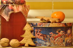 Pão-de-espécie para o Natal Mel e moldes para bolos e nozes Foto de Stock Royalty Free