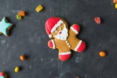 Pão-de-espécie Santa Homens do gengibre com esmalte colorido em um fundo cinzento Imagem de Stock Royalty Free