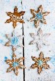 Pão-de-espécie sob a forma dos flocos de neve decorados com crosta de gelo em s Fotografia de Stock Royalty Free