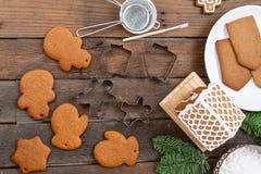 Pão-de-espécie vazio do biscoito, pronto para decorar Crosta de gelo da padaria do Natal Mulher que decora cookies do pão-de-espé foto de stock