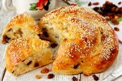 Pão de fermento doce com passas imagem de stock