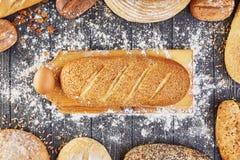 Pão de Hommade com farinha no fundo de madeira cinzento da tabela Cozimento da padaria Fotografia de Stock