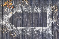 Pão de Hommade com farinha no fundo de madeira cinzento da tabela Padaria que cozinha com espaço do texto Imagem de Stock