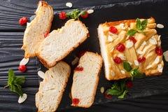 Pão de leite condensado japonês decorado com cerejas secadas, alm imagens de stock