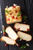 Pão de leite condensado japonês decorado com cerejas secadas, alm foto de stock royalty free