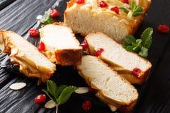 Pão de leite condensado saboroso doce com cerejas secadas, amêndoas fotos de stock