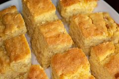 Pão de milho acima cortado em uma placa branca na mesa de cozinha que espera para ser comido foto de stock